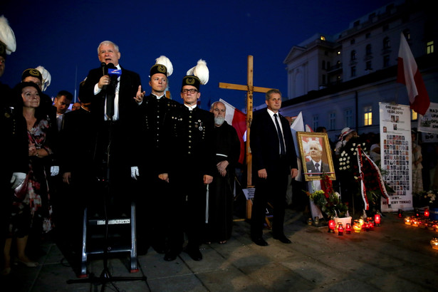 64. miesięcznica katastrofy smoleńskiej - prezes PiS Jarosław Kaczyński podczas uroczystości przed Pałacem Prezydenckim.