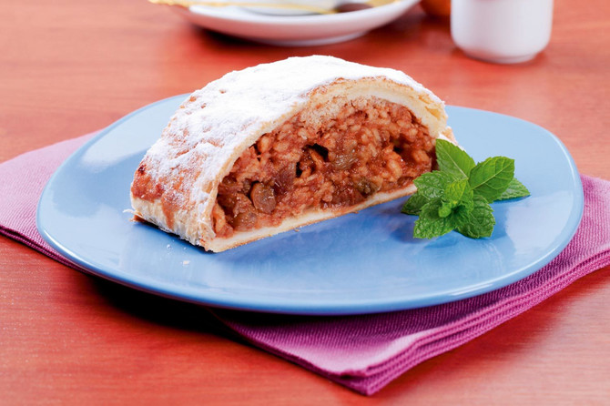 21347_+Domaca-strudla-stock-photo-slice-of-apple-strudel-powdered-with-icing-sugar-shutterstock_81436627