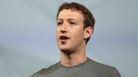 Mark Zuckerberg, założyciel Facebooka, chce, by jego serwis społecznościowy angażował ludzi nie tylko w internecie