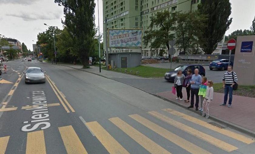 Łódź. Kierowca pchał zepsute auto. Stoczyło się na grupę dzieci