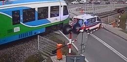 Karetka utknęła na przejeździe. Nadjechał pociąg. FILM