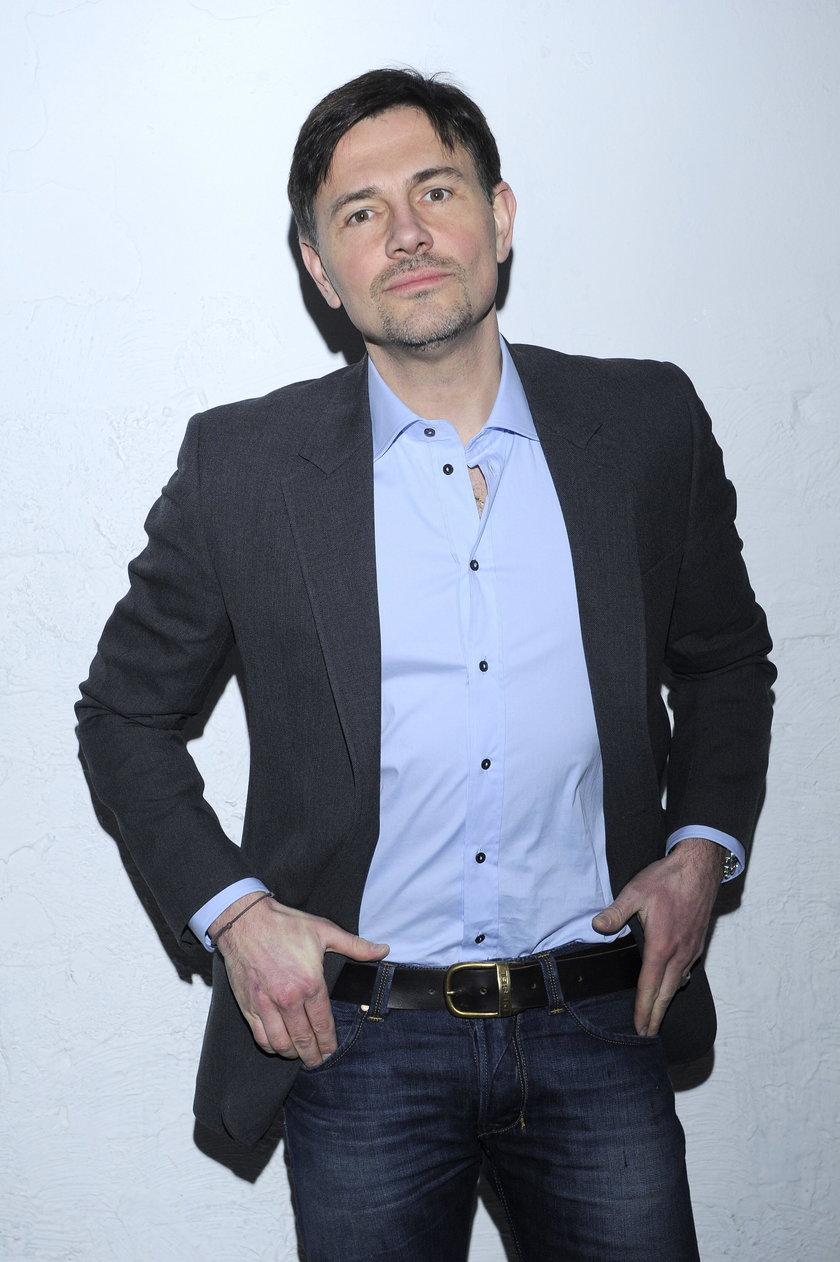 Krzysztof Ibisz pozuje do zdjęcia