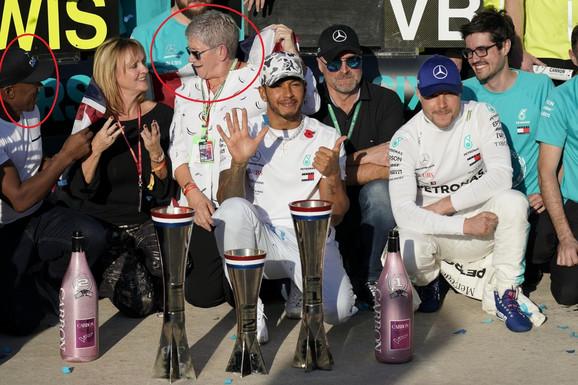 Entoni Hamiltona, Luisov otac, (prvi sleva), Karmen Larbalestijer, majka šestotrukog prvaka, i maćeha Linda se nalaze iza Britanca