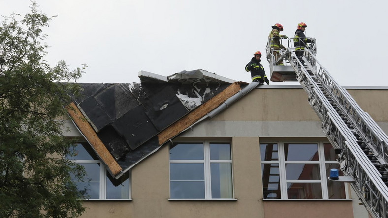 Straż pożarna zabezpiecza uszkodzony dach Zespołu Szkół Łączności w Warszawie