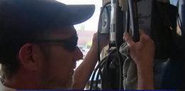 Niewidomy mechanik naprawia samochody w warsztacie