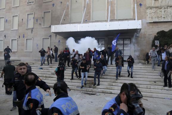 Uglavnom mirno na protestu u Tirani posle apela EU, SAD i OEBS