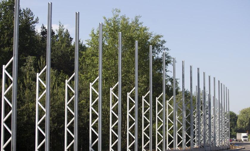 Ekrany przy lesie wzdłuż DK1