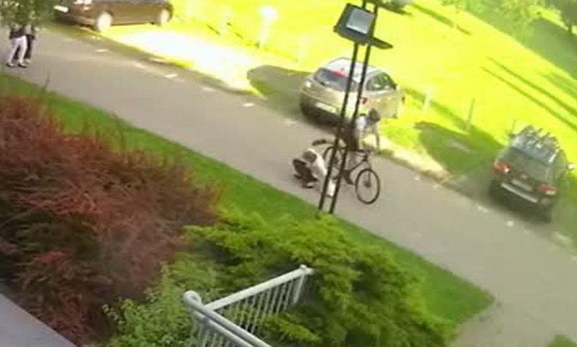 Rowerzysta brutalnie pobił pieszych, nagrały go kamery. Teraz mówi, że to nie on!