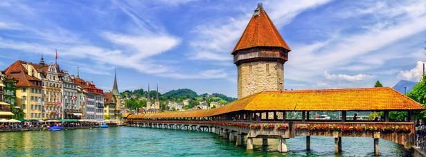 Most Klasztorny - najstarszy most drewniany w Europie. Po dokładnym zbliżeniu się ukazuje, że nie łączy on brzegów najkrótszą drogą, kształt wynikł z dostosowania mostu do bagnistego podłoża. Do mostu przylega kamienna wieża, która jest dawnym systemem obronnym, później stała się wiezieniem a obecnie jest archiwum