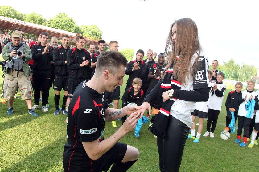 Piłkarz Polonii zaręczył się na meczu!