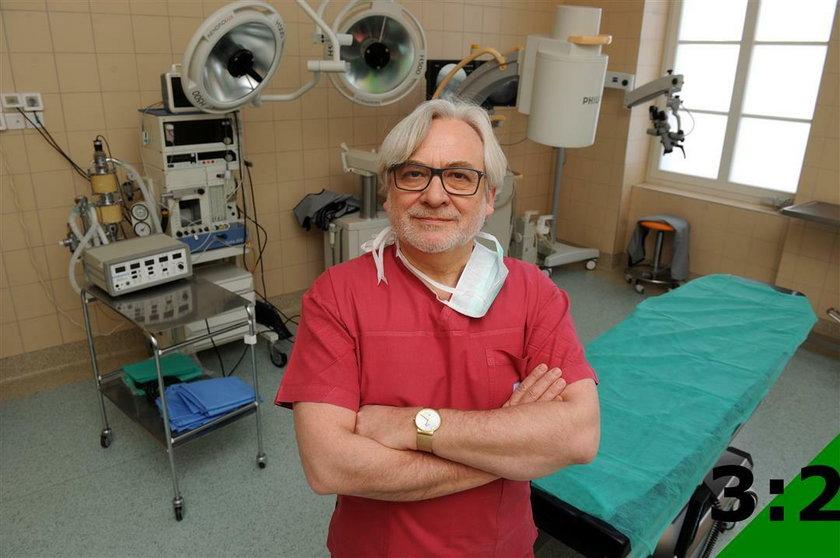 Prof. Wojciech Maksymowicz, neurochirurg z Uniwersytetu Warmińsko-Mazurskiego, w ubiegłym roku przeprowadził pierwsze w Polsce operacje wszczepienia stymulatorów rdzenia kręgowego u osób w śpiączce.