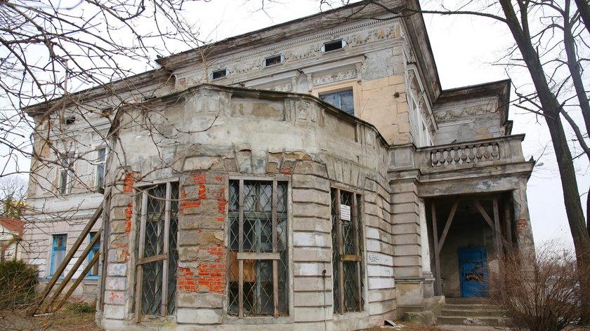 Mieszkańcy willi przy Pabianickiej 49 boją się żyć w tej ruinie