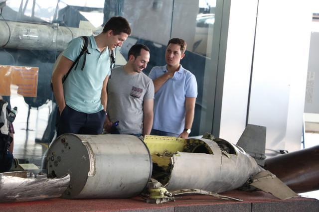 Znatiželjni posetioci posmatraju Tomahavk raketu
