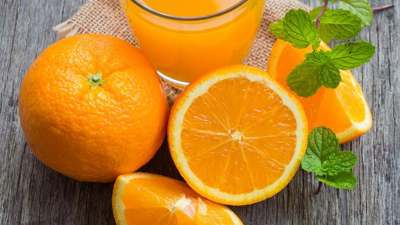 Szklanka soku (200 ml) lub saszetka musu z powodzeniem mogą zastąpić jedną z pięciu porcji owoców lub warzyw w ciągu dnia*. Soki i musy to produkty naturalne o takich samych wartościach odżywczych co owoce i warzywa. Są dostępne przez cały rok, dzięki czemu stanowią świetną alternatywę dla świeżych warzyw i owoców. Dodatkowo występują w wygodnej formie, dzięki czemu można zabrać je ze sobą wszędzie. Soki i musy są świetnym sposobem na wzbogacenie codziennej diety w wartościowe składniki. *World Health Report 2002. Reducing risks, promoting healthy life. Geneva, World Health Organization, 2002