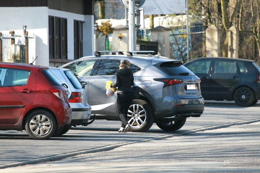 Małgorzata Tusk wsiada do swojego auta...