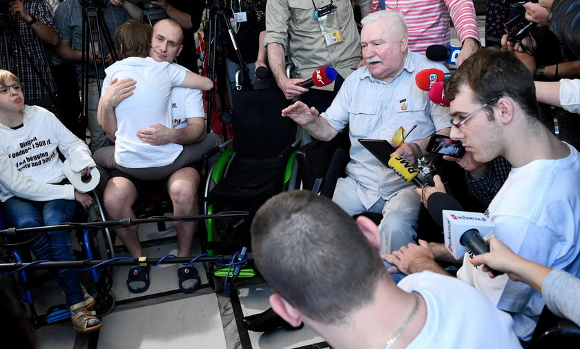 Lech Wałęsa odwiedził w Sejmie protestujących niepełnosprawnych