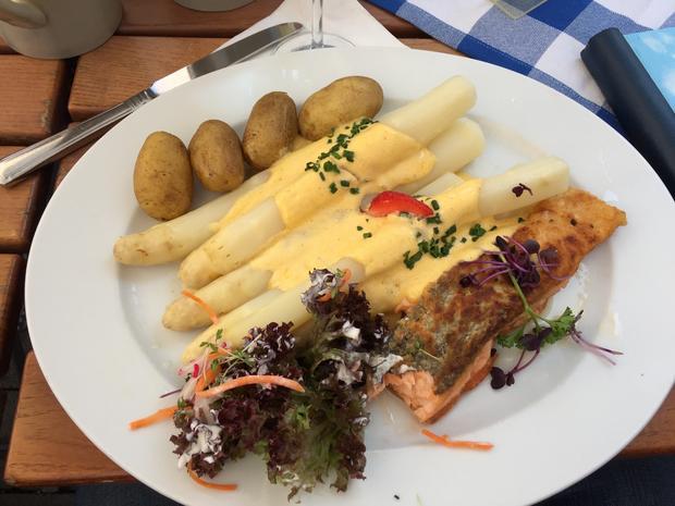 Szparagi z Łososiem w restauracji Oscar