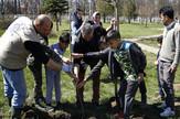 Migranti u akciji uređenja školskog dvorišta u Preševu, foto IOM