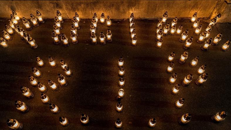 Świece upamiętniające śmierć Jana Kuciaka