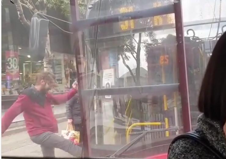muškarac šutira autobus