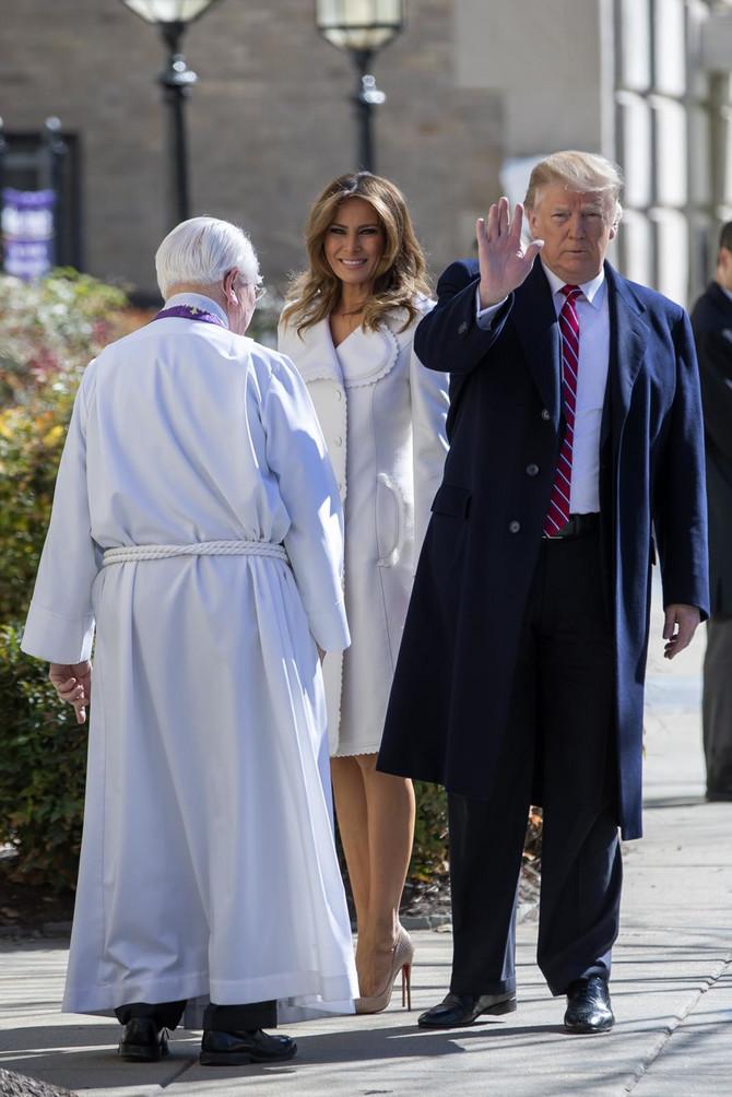 Melanija i Donald Tramp sa sveštenikom