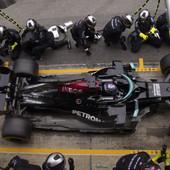 KORAK KA ISTORIJI Luis Hamilton stavlja potpis na ugovor kojim želi da postane apsolutni vladar Formule 1!