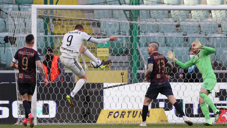 Zawodnik Legii Warszawa Tomas Pekhart (2L) strzela bramkę w meczu 23. kolejki piłkarskiej Ekstraklasy z Pogonią Szczecin