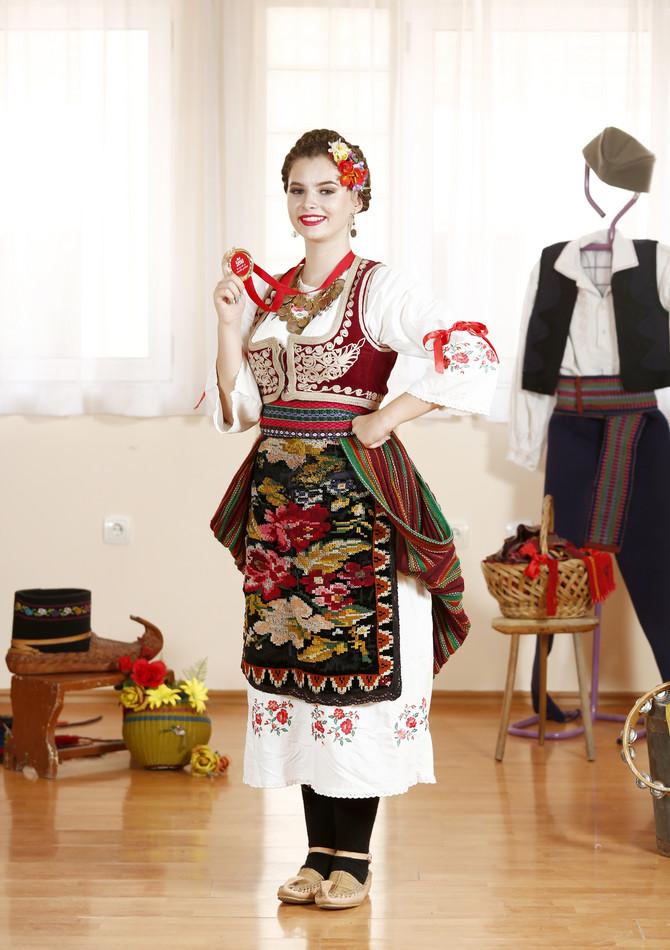 """Omiljeni predmeti u školi """"Lujo Davičo"""" su joj narodna igra i tradicionalno pevanje"""