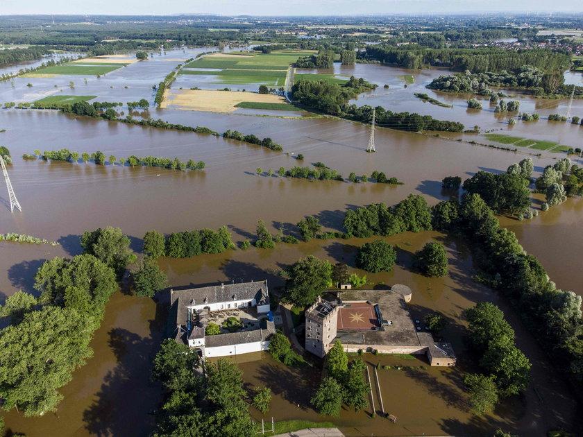 Powódź w Holandii. Mandaty dla turystów, którzy wspinająsię na wały przeciwpowodziowe