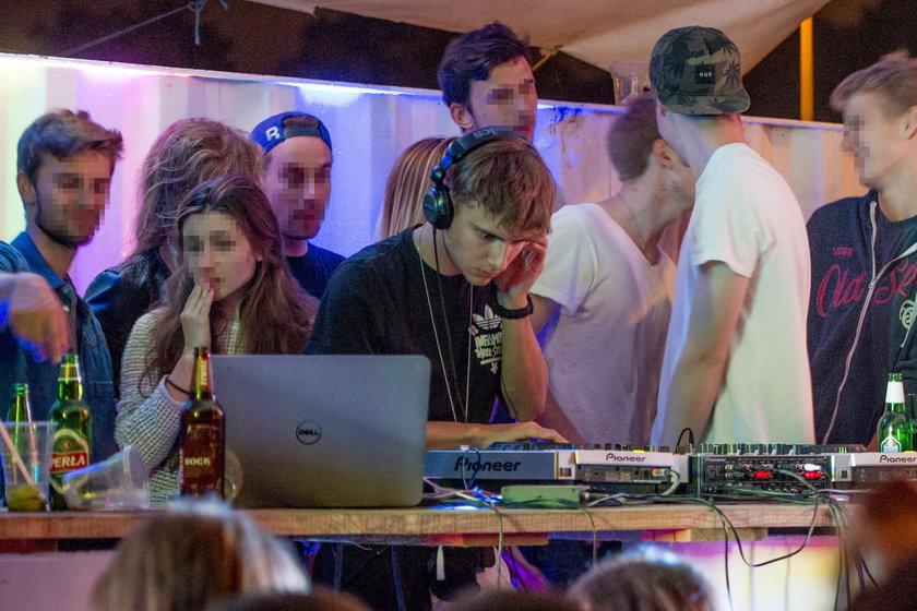 Maciej Musiał jest DJ na imprezie