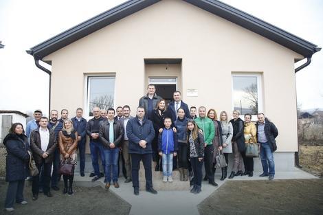 Maksimovići ispred nove kuće