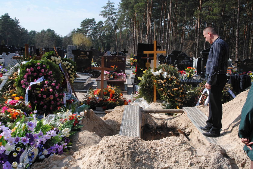 Znisczyli grób