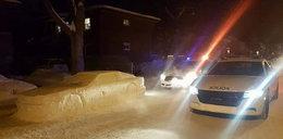 Ulepił samochód ze śniegu. Co zrobiła policja?