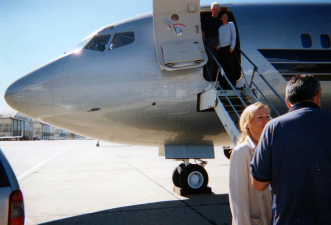 Klinton tokom ukrcavanja u Epstajnov privatni avion