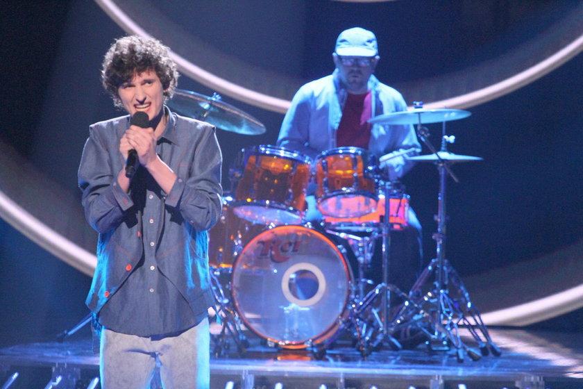 Dawid Podsiadło śpiewa na scenie