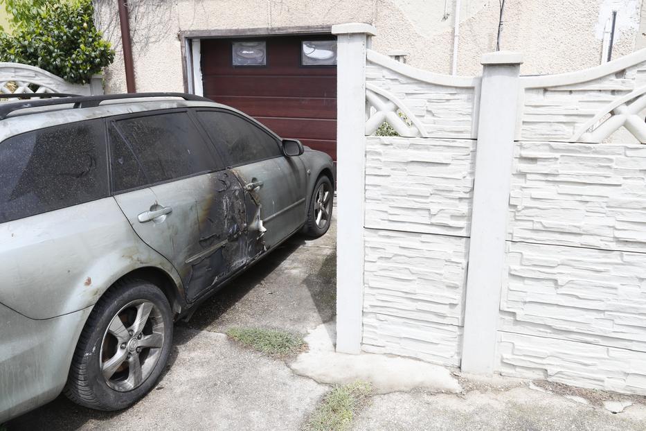 Az udvaron mindenhol a robbanás és a tűz nyomait látni, ez a parkoló autó is megsérült a lángoktól.  A gyilkos valószínűleg a nyomokat próbálta így  eltüntetni / Fotó: Fuszek Gábor