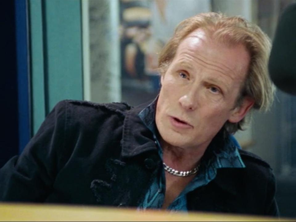 Billy Mack to jedna z najbarwniejszych postaci w filmie. Niegdyś uzależnionego od narkotyków rockmana zagrał Bill Nighy