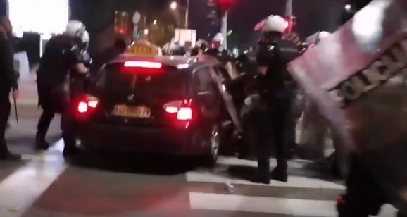 Trenutak kada je taksista uleteo među policajce