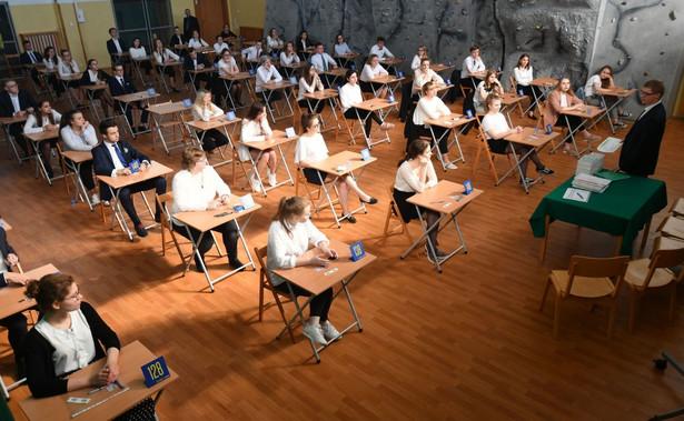 Arkusze egzaminacyjne z matematyki na poziomie podstawowym rozwiązywane w poniedziałek przez maturzystów Centralna Komisja Egzaminacyjna ma ujawnić po południu.