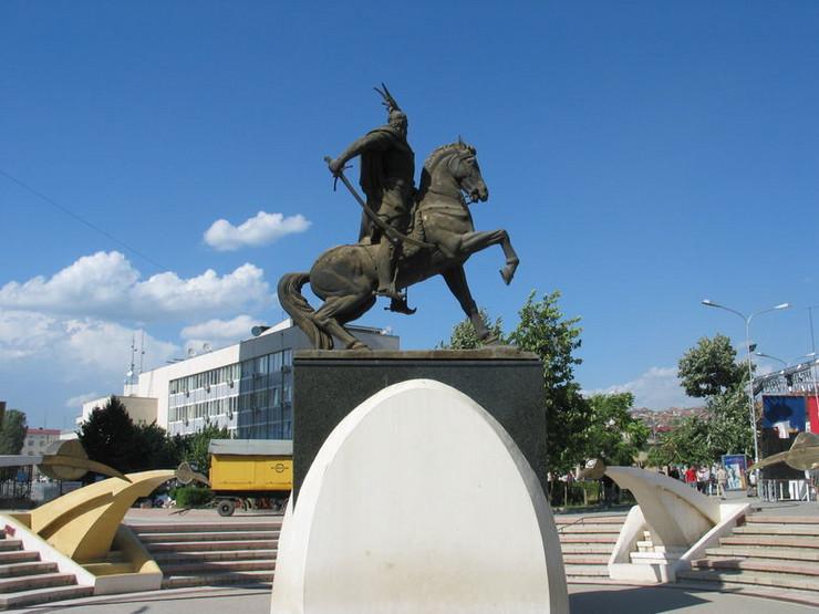 Spomenik Skenderbeg Priština, wikipedia