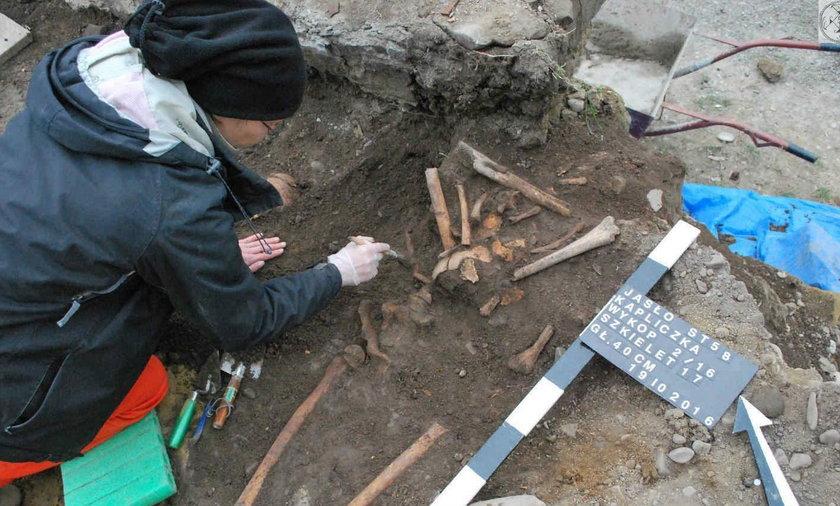 Szkielety pod kapliczką