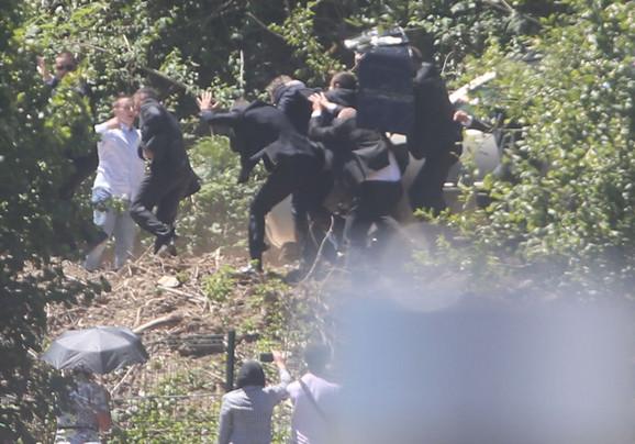 Opšti metež koji je nastupio u trenutku napada: Vučića evakuišu iz Potočara