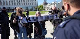 Przepychanki z policją na miesięcznicy smoleńskiej i wulgarny napis na transparencie. ZDJĘCIA