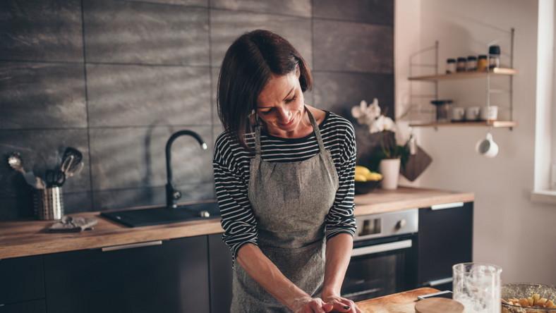 Kobieta wyrabia ciasto. Pieczenie. Gotowanie.