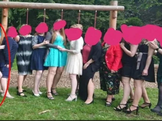"""Gošće na svadbi su se poređale za slikanje, a devojka u levom ćošku je na UDARU KRITIKA: """"Kako je mogla da OVO obuče za venčanje?"""""""