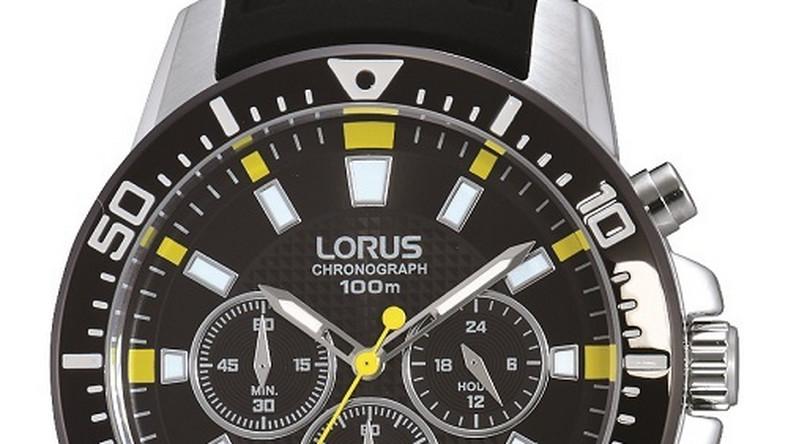 Na pierwszy rzut oka proste zegarki - skórzane paski oraz stalowe, okrągłe koperty o przeciętnej średnicy. Jednak wyróżnikiem tych zegarków jest tarcza. Nałożenie na siebie dwóch małych tarczek oraz umieszczenie loga marki w nietypowym dla Lorusa miejscu sprawia wrażenie silnej asymetrii oraz nadaje zegarkom futurystycznego wydźwięku. Nietypowe modele - niszowe, ale wyjątkowe. Zegarki dla tych, którzy nie lubią masywnych i charakterystycznych czasomierzy, ale doceniają ciekawe i unikalne wykończenia.