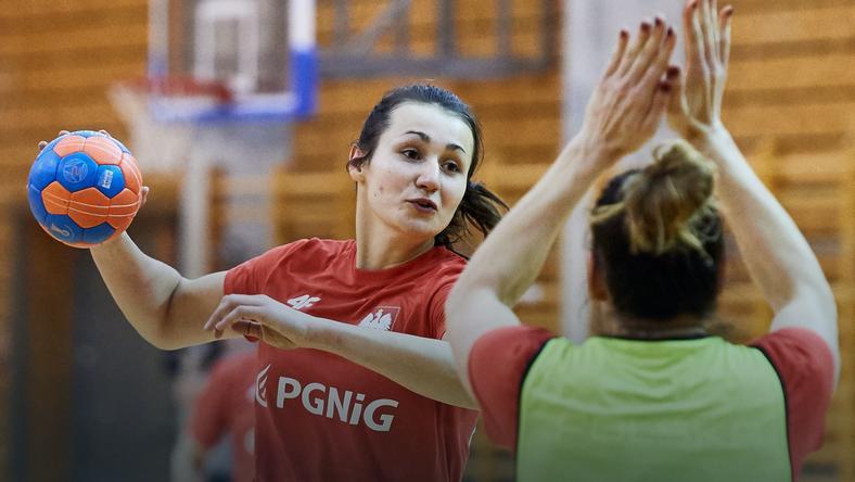Zawodniczki reprezentacji Polski w piłce ręcznej Joanna Kozłowska (L) podczas treningu w Gdańsku