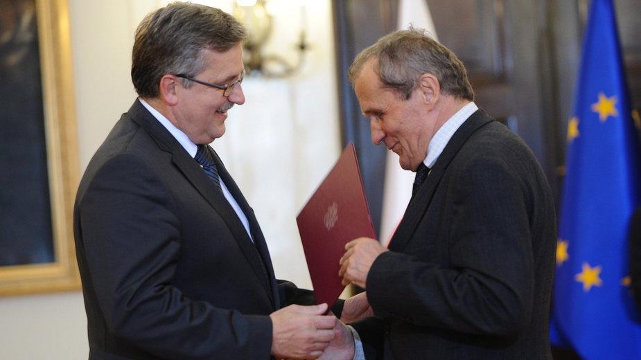 Bronisław Komorowski wręczający Henrykowi Wujcowi nominację na doradcę prezydenta w 2010 r.