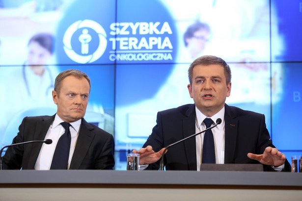 Premier Donald Tusk i minister zdrowia Bartosz Arłukowicz podczas konferencji prasowej. Fot. PAP/Leszek Szymański