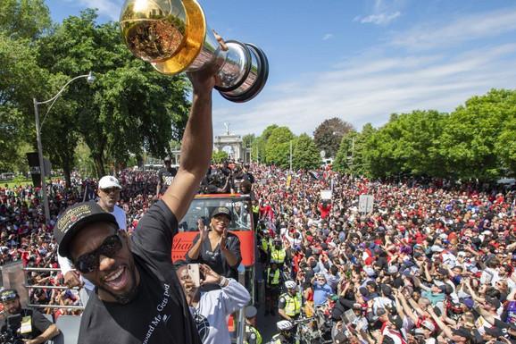 TAKO TO RADE GOSPODA! Bivši NBA šampioni čestitali novim OGLASOM PREKO CELE STRANE!